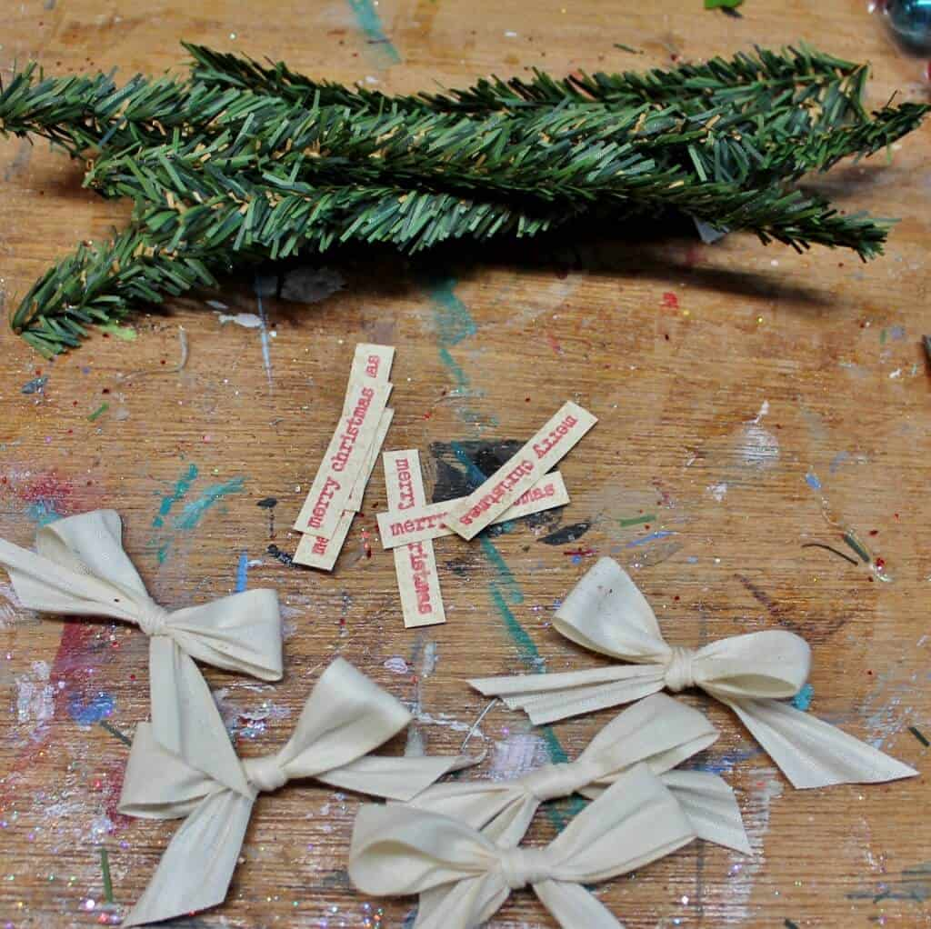 green-garland-merry-christmas-and-bows-1024x1022