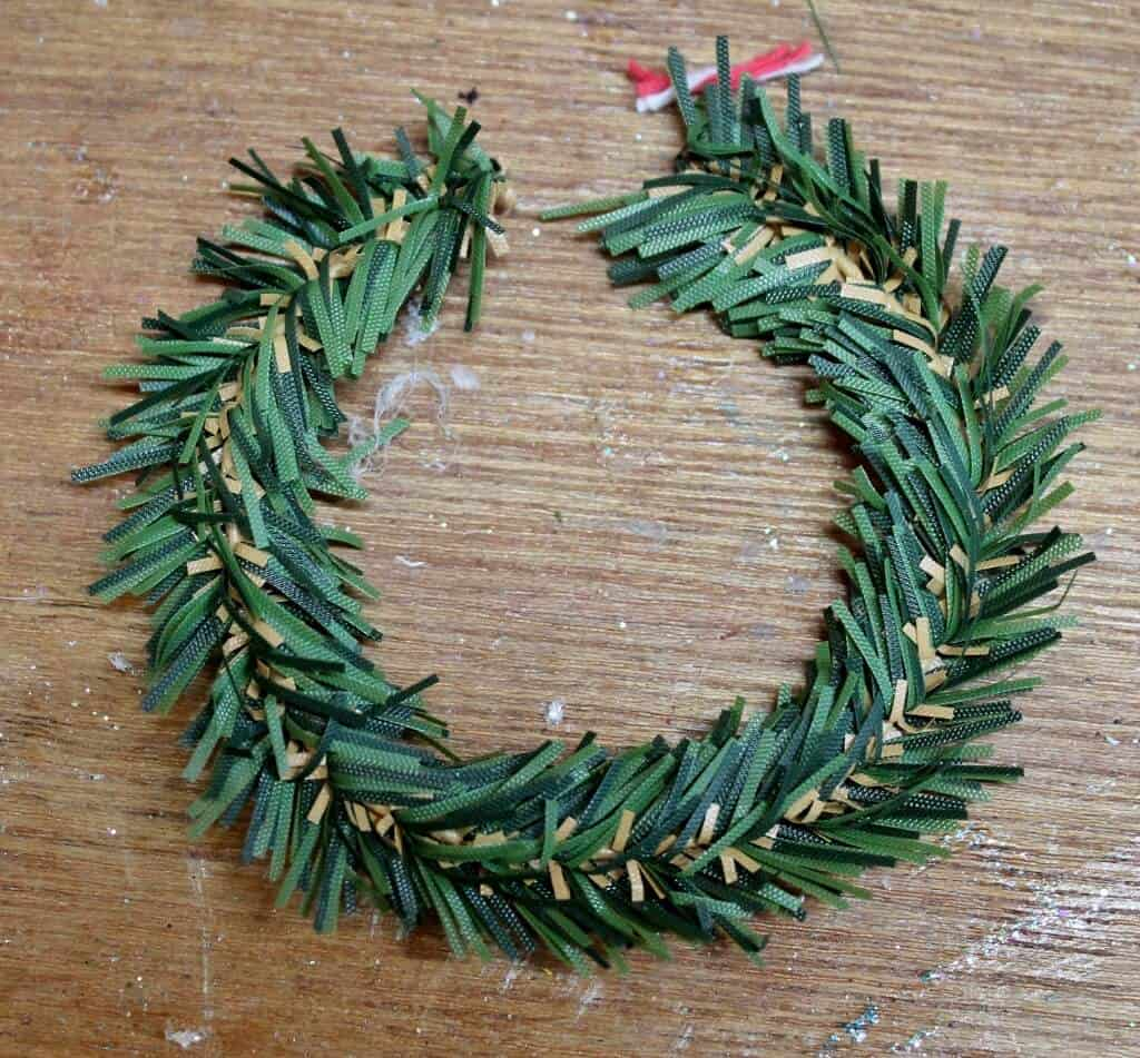 shape-green-garland-into-circle-1024x951